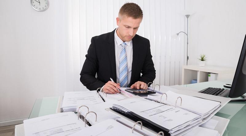 Nimmt man die Kleinunternehmerregelung in Anspruch (hierfür ist ein Antrag beim Finanzamt erforderlich), muss auf der Rechnung keine Umsatzsteuer mehr ausgewiesen werden und die Pflichten zur Umsatzsteuer-Voranmeldung und Umsatzsteuererklärung entfallen.