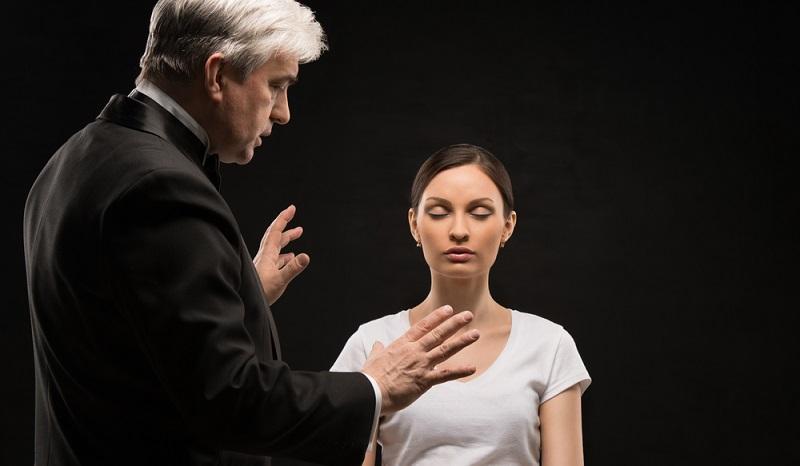 Umstritten im Erfolg aber dennoch eine der Therapien, die besonders häufig zum Einsatz kommen, ist die Hypnose.