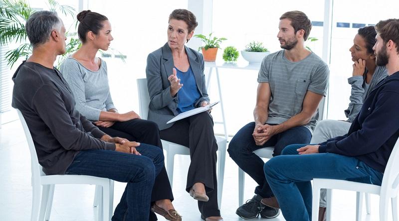 Sehr häufig zum Einsatz kommt die Gruppentherapie. Durch die Zusammenarbeit mit Betroffenen fällt es vielen Rauchern leichter, sich der Sucht zu stellen und Wege zu finden, diese zu beenden.