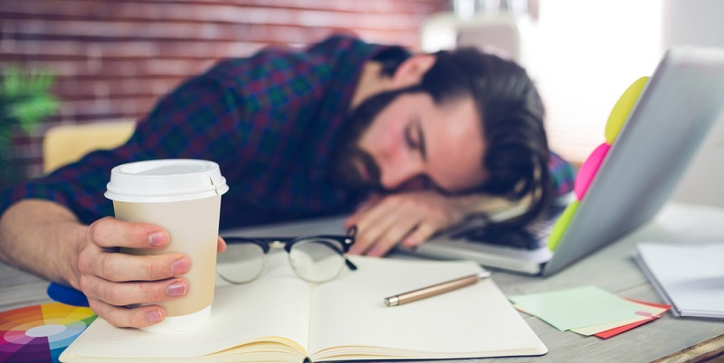 Was tun bei extremer Müdigkeit sowie Abgespanntheit? Immer wieder kleine bewusste Pausen an der frischen Luft oder zumindest bei geöffnetem Fenster einlegen