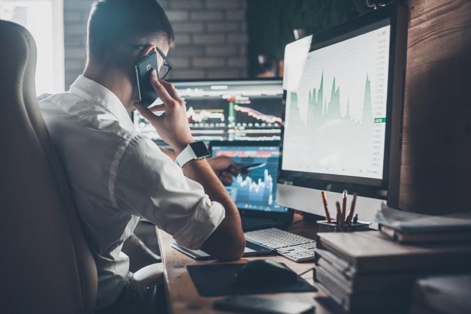 Der Börsenhändler arbeitet heutzutage vorwiegend online. Er behält ganz einfach all seine Handelsplätze an den Computermonitoren im Blick. (#2)