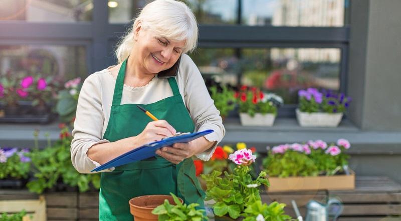 Sobald der Rentner das gesetzlich übliche Rentenalter erreicht hat, sind keine weiteren Zahlungen in die Rentenkasse erforderlich.