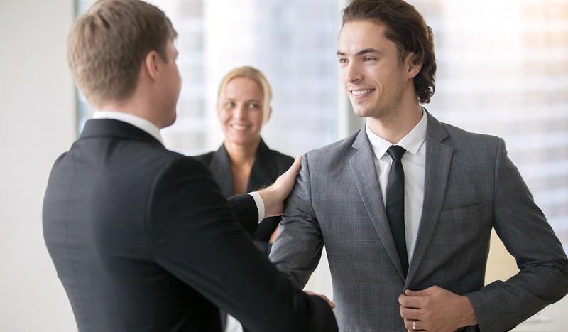 Der Begriff des Personal Recruiting bezeichnet mehr als nur die externe Rekrutierung von Mitarbeitern über verschiedene Kanäle, sei es online oder offline. Zu diesem Feld zählt nämlich auch die Versetzung oder Beförderung von Mitarbeitern innerhalb von Unternehmen.