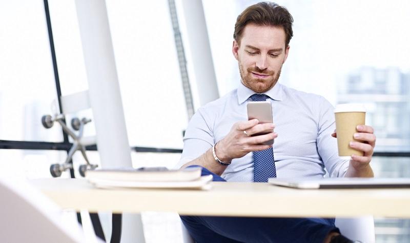 Je häufiger ein Nutzer bestimmte Seiten aufruft, umso zielgerichteter können Ergebnisse auf ihn zugeschnitten werden. Dabei gibt es neben dem Verhalten des Besuchers noch andere Kriterien, die sozialen Netzwerken helfen, passende Angebote zu schalten.