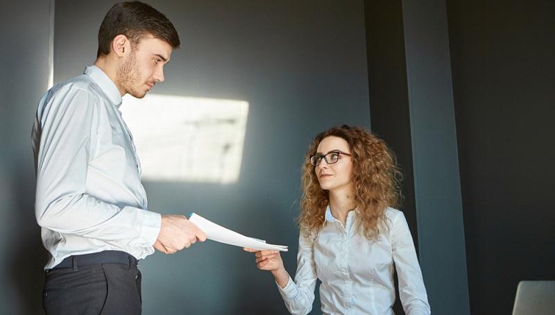 Bei einer Entscheidung, ob man eine Kündigung durchführt oder sich für einen Aufhebungsvertrag unterscheidet, hilft eine Gegenüberstellung der Vor- und Nachteile.