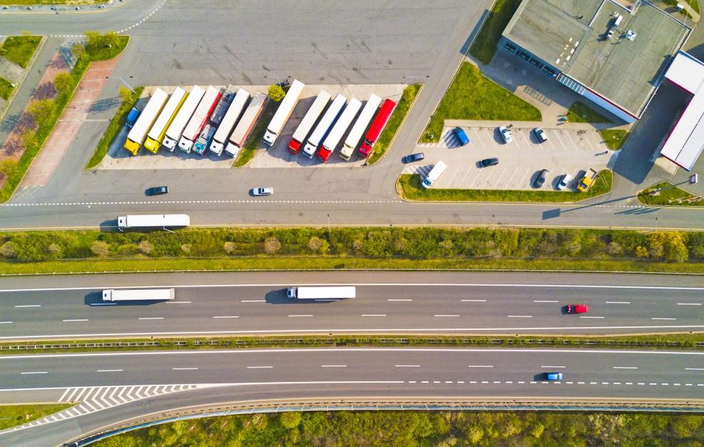 Das Schlafverbot in der Kabine verschärft den Druck auf die Lkw-Fahrer bei der Einhaltung der Lenk- und Ruhezeiten. Hotels hingegen dürfen sich auf zusätzliches Geschäft freuen. (#2)