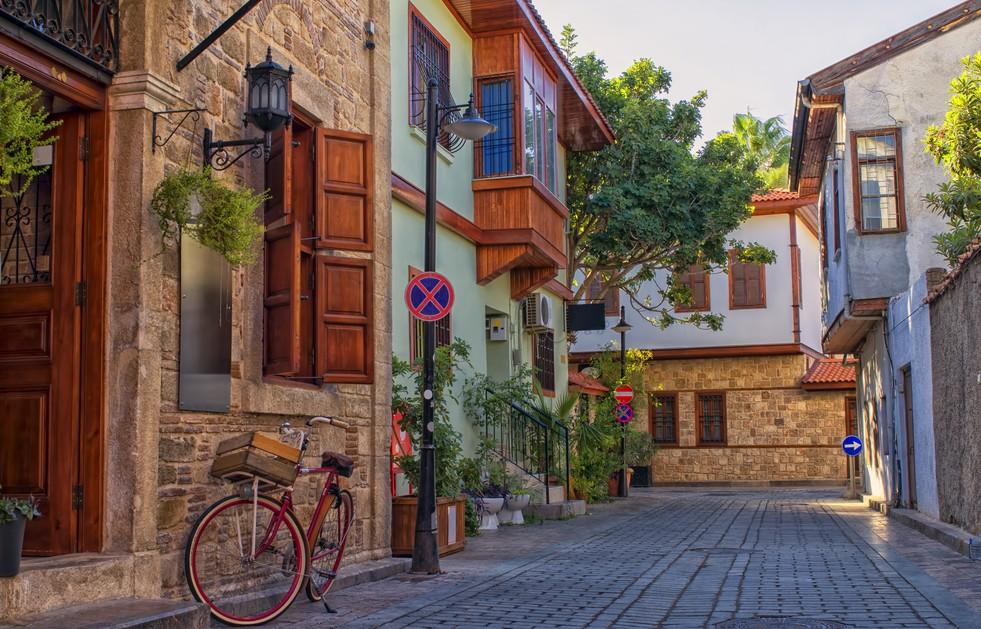 Hier möchte man sein Glückshotel Türkei buchen! Die malerischen Häuser auf diesem Foto stehen in der Altstadt Kaleici im Zentrum von Antalya. Von hier aus erreicht man alle spannenden Locations in Antalya sehr schnell. Von Konyaalti Beach bis zur Festung Hidirlik Kalesi. (#7)
