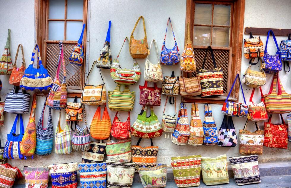 In Antalya steht nicht nur das Glückshotel. Türkei und Orient stehen für das Feilschen auf dem Basar und auch für Stände wie diesen hier. Meterhoch stapelt sich die Ware und versetzt uns in einen Kaufrausch. (#9)