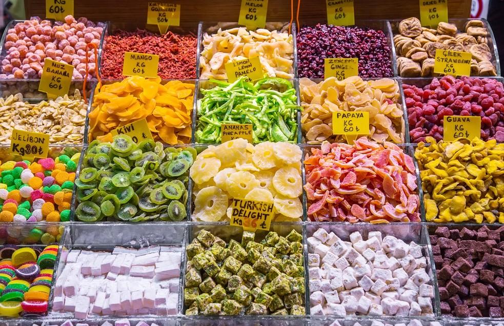 Wer möchte hier an diesem Stand auf dem großen Basar von Antalya nicht die Hand zu einer, mehreren, vielen - allen dieser kostbaren Süßigkeiten zucken lassen? Haben Sie jetzt auch den Duft der getrockneten Früchte in der Nase? Dann schließen Sie doch mal die Augen... (#8)