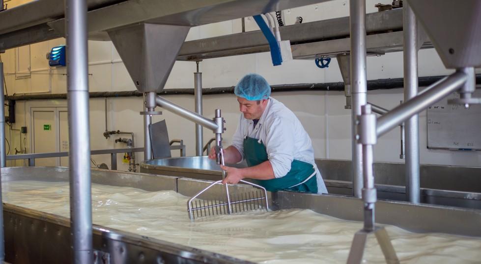 In der Käseproduktion ist der Chemielaborant gefragt. Er führt weniger eine Trübungsmessung durch, prüft vielmehr den pH-Wert und vergleicht diesen mit den erwünschten Wertebereichen. (#1)