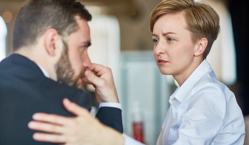 Ein Arbeitgeber muss sich in die Mitarbeiter einfühlen können. Der Chef muss bei Problemen ansprechbar sein und soll immer ein offenes Ohr für die Angestellten haben.