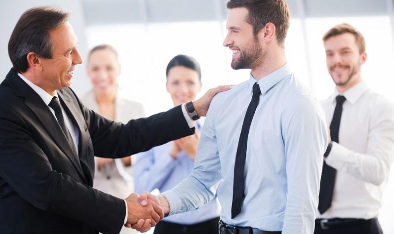 Im Internet gibt es mittlerweile sehr viele Job-Portale oder Karriere-Plattformen, auf denen Unternehmen die Stellenangebote posten und damit einen großen Teil potentieller Bewerber erreichen.