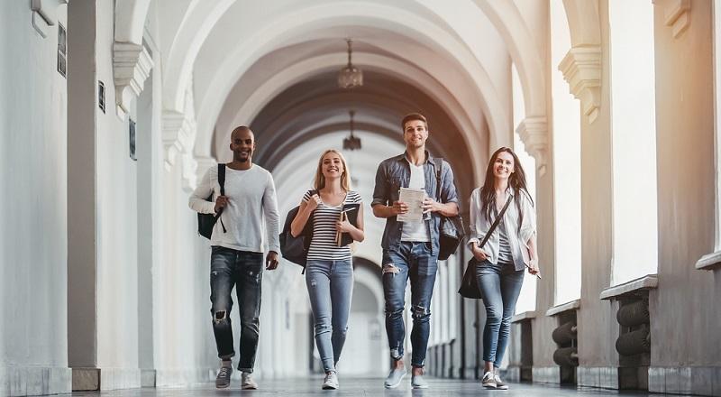 Diese Methoden zielen darauf ab, junge Talente direkt von der Uni in die Firma zu holen und sich auf diese Weise einen Wettbewerbsvorteil auf dem Arbeitsmarkt zu verschaffen.