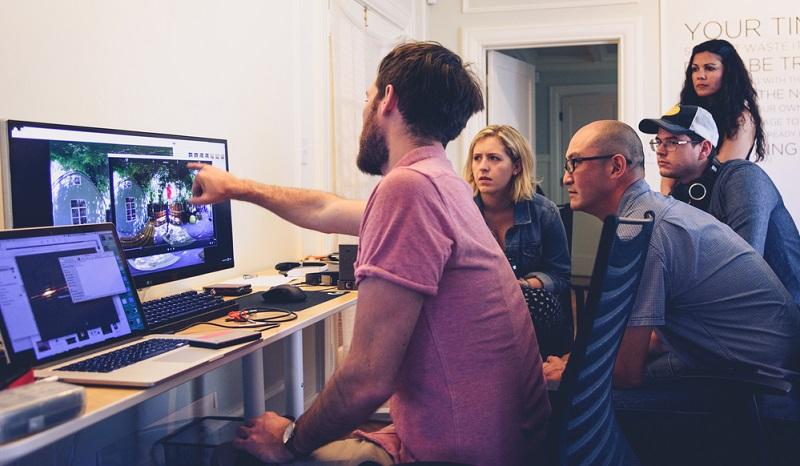 Hackathons sind spezielle Zusammenkünfte für Soft- und Hardwareentwickler, die sich jedoch von Szene-Treffs zu Veranstaltungen entwickelt haben, bei denen IT-affine Bewerber auf Recruiter treffen.