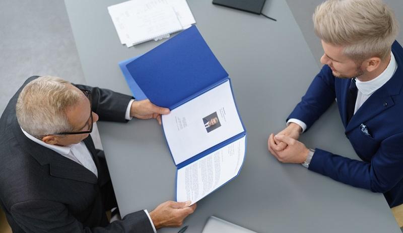 Die Personalberatung bzw. entsprechende Agenturen, von denen es im Großraum der französischen Hauptstadt einige gibt, übernimmt die Suche nach dem Manager, der das Unternehmen bereichern soll.