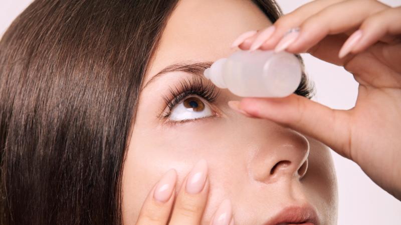 Einige Augenlaserpatienten klagen über ein leichtes Fremdkörpergefühl, das sich mithilfe von Augentropfen innerhalb weniger Tage selbst in den Griff bekommen lässt.
