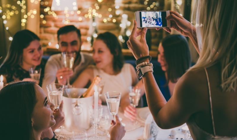 In erster Linie geht es auf der Firmenweihnachtsfeier wirklich darum einen schönen Abend miteinander zu verbringen.