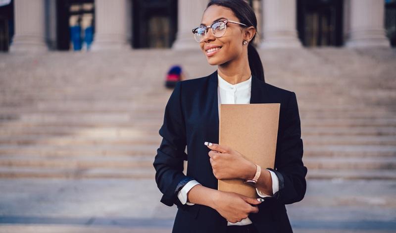 Die moderne Medizin sowie die Augenoptik hält allerdings zahlreiche Lösungen parat, um zum Beispiel einem Büroangestellten weiterhin seinen Job zu ermöglichen.