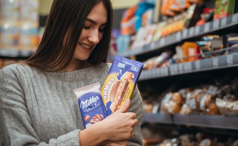 Hinter der bekannten Schokolade steckt die Mondelez Deutschland GmbH, doch Milka ist das Gesicht der Marke.  ( Foto: Shutterstock-konyk.y )