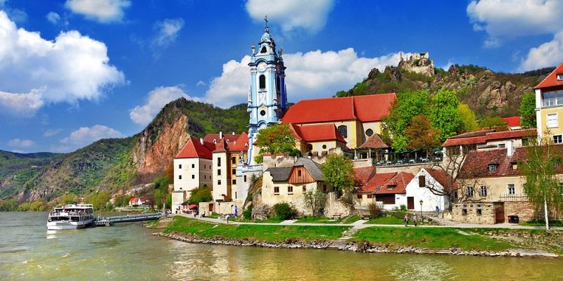 Sie sind auf der Suche nach dem perfekten Urlaubsziel? Dann bereiten Sie die NOE E-Mail vor! Damit ist eine E-Mail nach Niederösterreich gemeint. ( Foto: Shutterstock-_leoks )