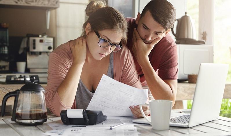 Sie müssen nicht nur Bearbeitungsgebühren zahlen, sondern es werden schon vorab Gebühren fällig.  ( Foto: shutterstock_WAYHOME studio )