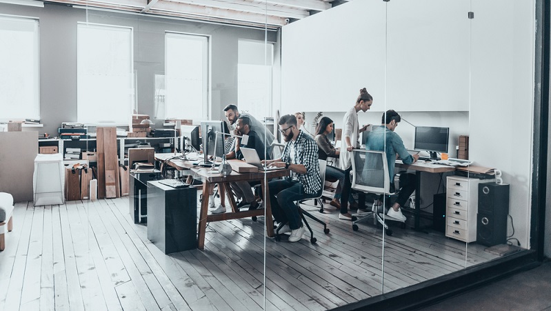 Der Name Coworking Space ist selbsterklärend: Er bedeutet so viel wie Raum, an dem zusammen gearbeitet wird. ( Foto: Shutterstock-  G-Stock Studio )