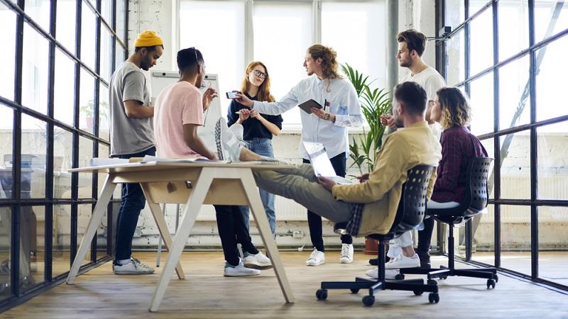 Nicht nur, dass viele Start-ups sparen und nach einem günstigen Büro Ausschau halten müssen, sind sie doch auch oft auf den Austausch mit anderen Menschen angewiesen. (Foto: Shutterstock-GaudiLab)