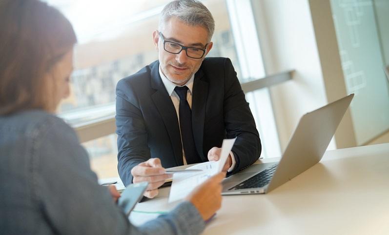Zuerst eine Information vorab: Das Arbeitgeberdarlehen ist nicht an das Unternehmen gebunden und steht auch nicht im Zusammenhang mit dem Arbeitsvertrag des Kreditnehmers. ( Foto: Shutterstock-goodluz _)