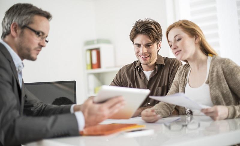 Angesichts der dauerhaft niedrigen Zinsen ist es empfehlenswert, sich nicht nur beim Arbeitgeber um ein Darlehen zu bemühen. Beziehen Sie die Angebote der Filial- und vor allem der Direktbanken ein, denn diese sind oftmals noch weitaus günstiger. ( Foto: Shutterstock- Jack Frog)