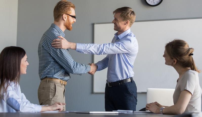 Wer im <strong>Arbeitsrecht</strong> oder im <strong>Beamtenrecht</strong> auf die Suche nach Chancen für die Karriere geht, der wird hier mehr über die Beförderung lesen.  ( Foto: Shutterstock-fizkes)