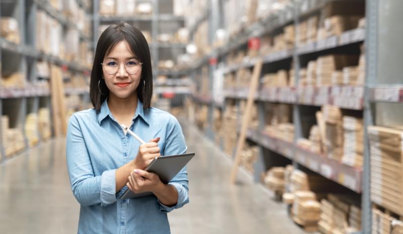 Wer als Fachkaufmann für Einkauf und Logistik aufsteigen will, muss in seine Karriere investieren. (Foto: Shutterstock - Chaay_Tee)