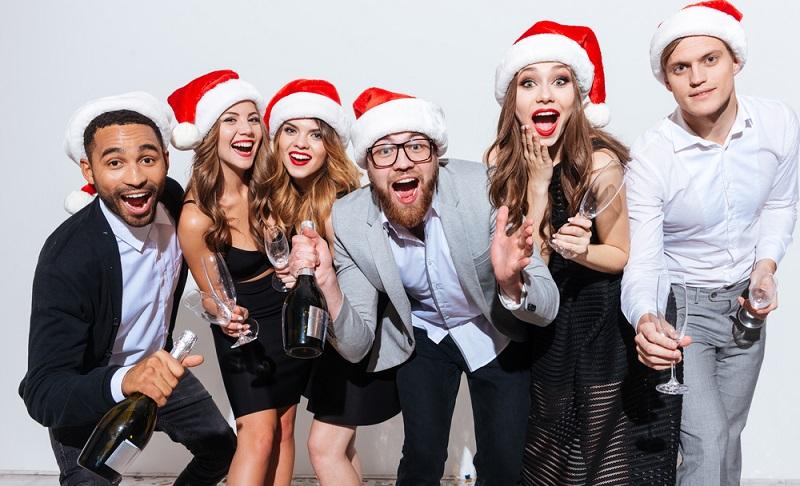 In Firmen wird das Wichteln meist mit der Weihnachtsfeier verbunden ( Foto: Shutterstock- _Dean Drobot)
