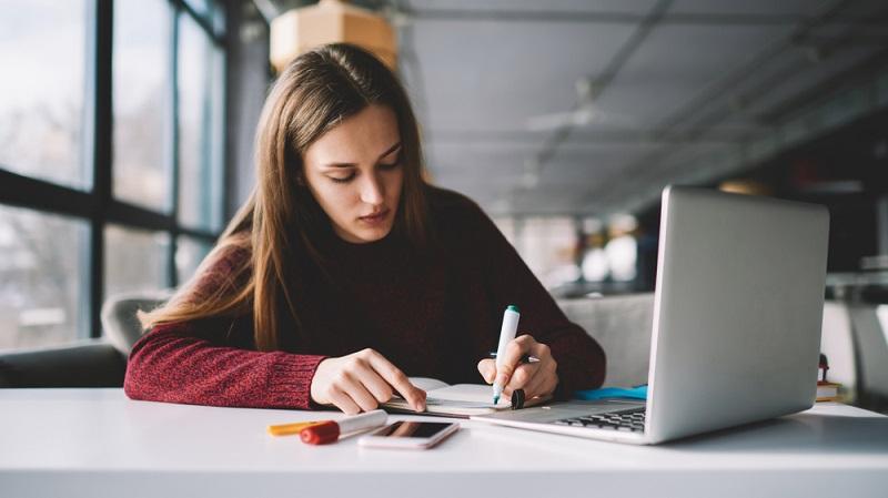 Alternativ zum Bildungsgutschein kann die Bildungsprämie beantragt werden. ( Foto: Shutterstock- GalacticDreamer )