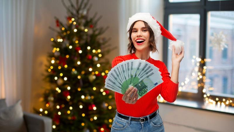 Solange Weihnachtsgeld seitens des Arbeitgebers gezahlt wird, macht sich niemand Gedanken über einen möglichen rechtlichen Anspruch darauf.  ( Foto: Shutterstock-Syda Productions )