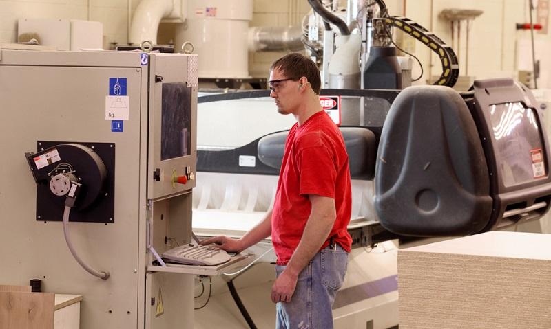 Nach der Zerspanungsmechaniker-Ausbildung werden die Gesellen in Maschinenbauunternehmen sowie in der Zerspanungstechnik und im Fahrzeugbau tätig. ( Foto: Shutterstock-B Brown)
