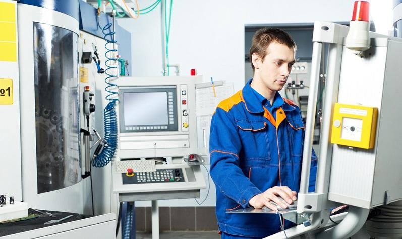 Das Berufsbild des Zerspanungsmechanikers erfordert eine entsprechende Ausbildung, die in einem anerkannten Ausbildungsbetrieb durchgeführt wird.   ( Foto: Shutterstock- _ Dmitry Kalinovsky )