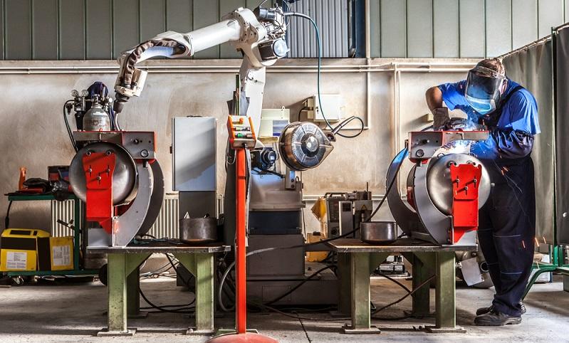 Industriemechaniker sind Alleskönner der Branche, sie schweißen und bohren zusätzlich zu den schon erwähnten Tätigkeiten.  ( Foto: Shutterstock-BigBlueStudio)