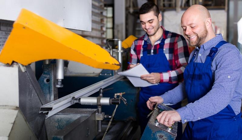 Die Zerspanungsmechaniker-Ausbildung dauert <strong>rund 3,5 Jahre</strong> und wird ein einem anerkannten Ausbildungsbetrieb und in der Berufsschule durchgeführt.  ( Foto: Shutterstock-  Iakov Filimonov  )