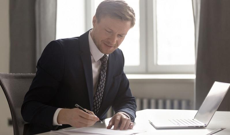 Das Finanzamt geht davon aus, dass der Unternehmer die Angaben seines Kunden selbst überprüft hat und es somit klar ist, dass es sich nicht um eine Scheinfirma handelt.  ( Foto: Shutterstock-  fizkes )