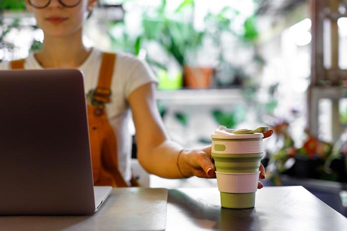 Für Kollegen, die viel Kaffee trinken ist der Mehrwegbecher das perfekte umweltfreundliche Geschenk (Foto: shutterstock / DimaBerlin)