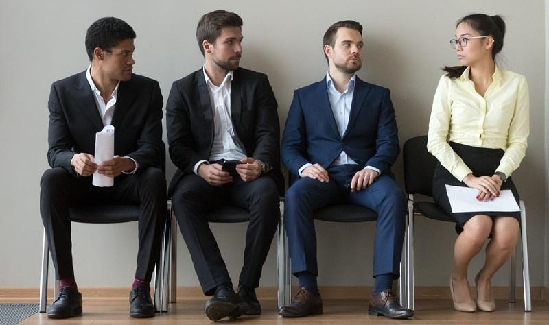Anzüge in Dunkelblau, Schwarz, Grau oder Grün sind immer eine gute Wahl, dazu kommen Hemd und Krawatte und elegante Schuhe. Fertig!  ( Foto: Shutterstock-fizkes)