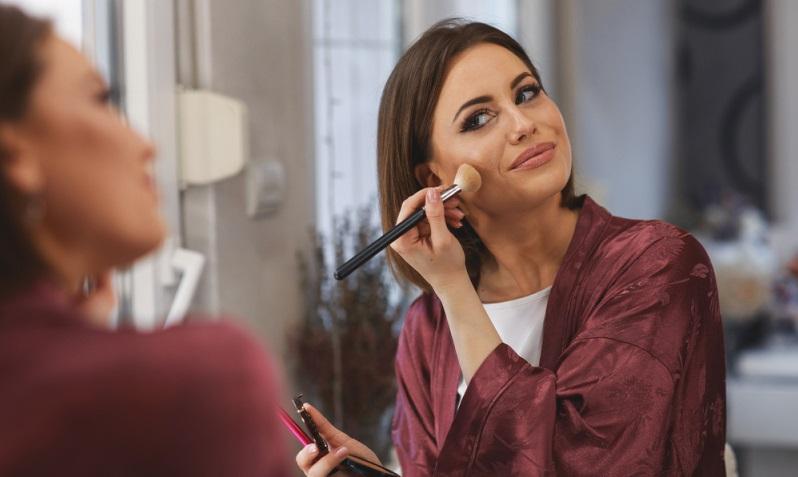 Make-up, die Fingernägel und der Lippenstift sollten dezent gewählt werden.  ( Foto: Shutterstock-djile_)