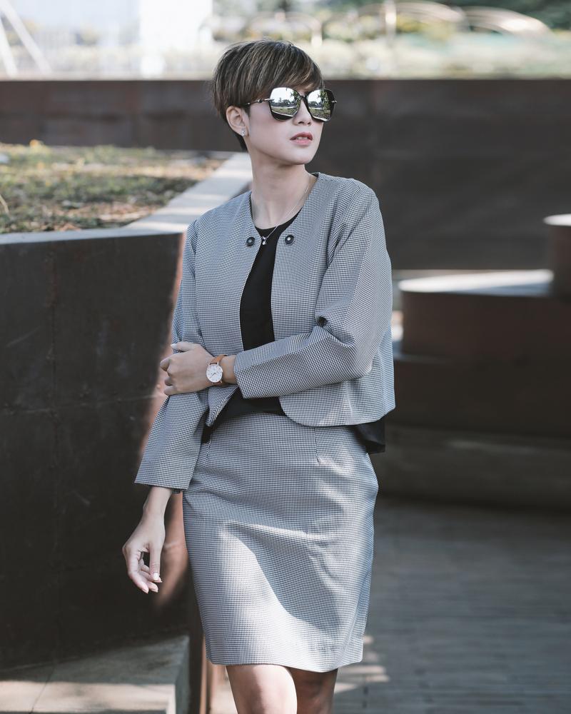Frauen kombinieren am besten Modern und Klassik miteinander und setzen auf Hosenanzüge und Kostüme. ( Foto: Shutterstock- Gatot Adri )