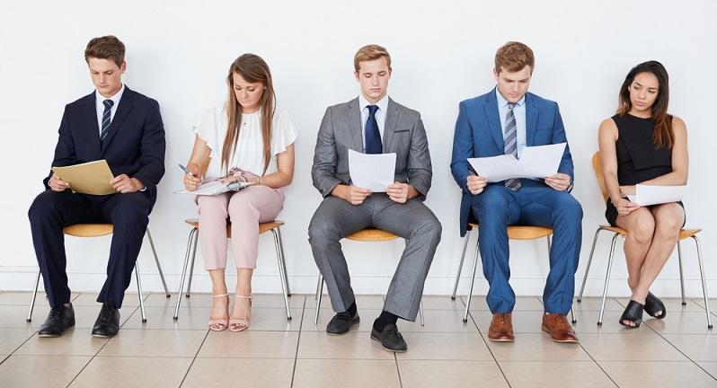 Der Bewerber möchte einen guten Eindruck machen und drückt mit der Wahl seines Outfits Wertschätzung für den Job und Selbstbewusstsein aus. ( Foto: Shutterstock- Monkey Business Images)
