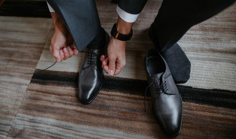 Die Farbe der Schuhe passt zum Anzug: Schwarze Schuhe gehören zum schwarzen Anzug! Außerdem sollen die Schuhe und der Gürtel aufeinander abgestimmt sein. ( Foto: Shutterstock-SERGIOKAT)