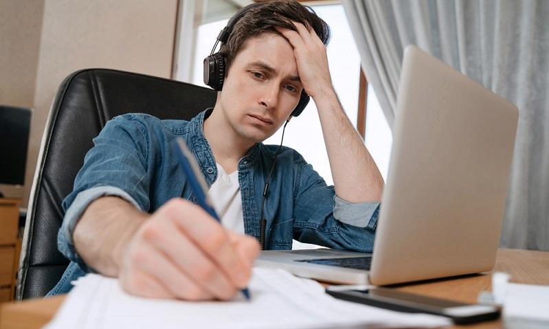 Bei einem guten Vertrauensverhältnis zwischen Arbeitgeber und Arbeitnehmer kann es aber sinnvoll sein, das Fernstudium neben dem Beruf wenigstens zu erwähnen. ( Foto: Shutterstock-_Arsenii Palivoda )