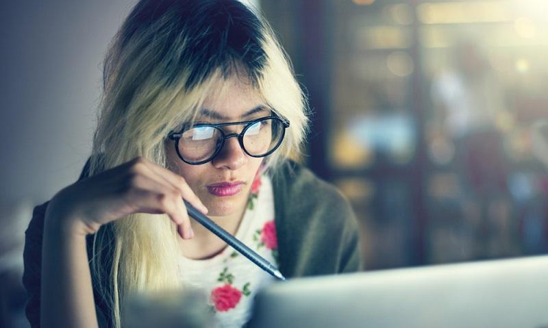 Wer nach Erfahrungen zum berufsbegleitenden Studieren fragt, wird sicherlich zur Antwort bekommen, dass es machbar, aber anstrengend ist.  ( Foto: Shutterstock-Rawpixel.com)