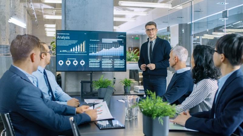 Der Finanzbuchhalter kann sowohl in einem Wirtschaftsunternehmen angestellt arbeiten als auch selbstständig tätig werden und sein eigenes Büro eröffnen.  ( Foto: Shutterstock- Gorodenkoff_)