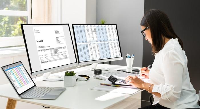 Die Qualifikation zum Finanzbuchhalter wird meist berufsbegleitend wahrgenommen, wobei es sowohl Seminare an den Wochenenden, Fernunterricht oder auch Abendlehrgänge gibt.   (Foto: Shutterstock- Andrey_Popov)