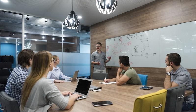 Wer ein Start Up gründen möchte, kommt allein oder mit dem Partner nicht weit. Es braucht Mitarbeiter, die organisatorische oder marketingtechnische Aufgaben übernehmen können. ( Foto: Shutterstock-dotshock )